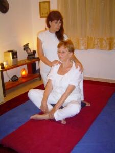אפרת לוינשטין – מורה ליוגה, מטפלת בכירה בשיאצו, ארומתרפיה ומנחה סדנאות.