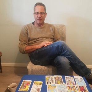 ישראל עובדיה - קריאה בקלפי טארוט וטיפול ריגשי בחדרה